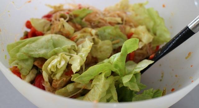 ajouter la salade et mélanger - Recette Fake BoBun Avocat Poulet Poivrons
