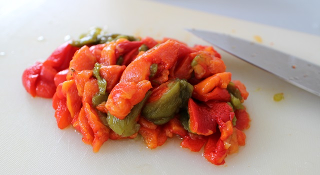 découper les poivrons en lamelles - Recette Fake BoBun Avocat Poulet Poivrons