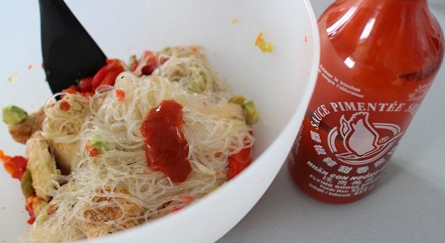 mélanger les légumes vermicelles de riz - Recette Fake BoBun Avocat Poulet Poivrons