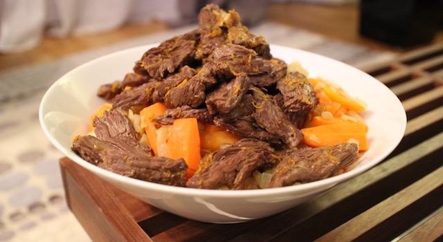servir le plat avec les légumes - Bœuf sauté carottes orange gingembre