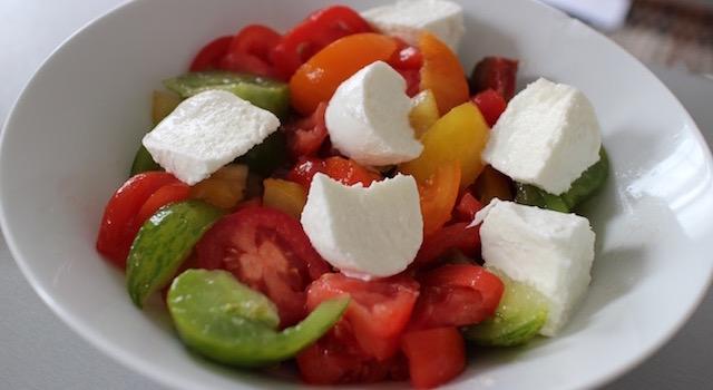 ajouter la mozzarella aux tomates - Salade ensoleillée