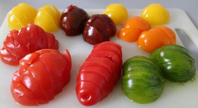 découper les tomates - Salade ensoleillée