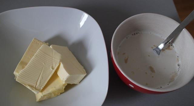 délayer la levure peser le beurre - Brioche maison rapide et facile