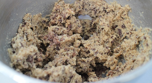 ajouter le chocolat et la farine pour obtenir une pate à cookie - Brookie - le gâteau de folie
