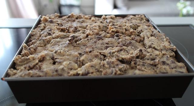 disposer la pate à cookie sur le brownie - Brookie - le gâteau de folie