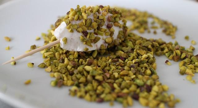 enrober les quenelles dans les pistaches hachées - Bouchées apéritives chèvre parme pistache