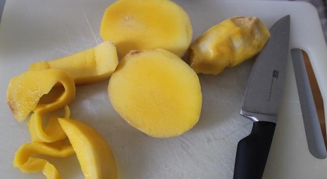 éplucher et découper la mangue - Salade de mangue et avocat