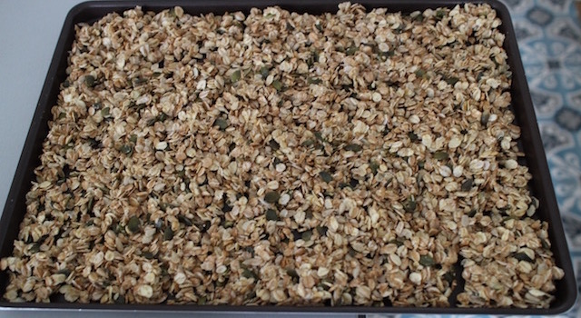 étaler la préparation sur une plaque a patisserie - Granola énergétique - acidulé
