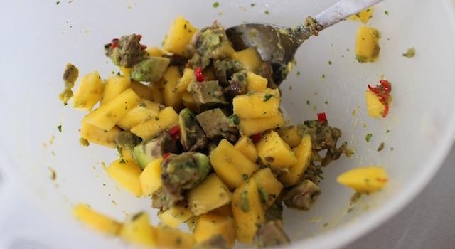 ajouter l'huile de sésame - Salade de mangue et avocat