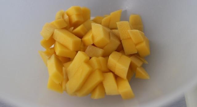 découper la mangue verte en cubes - Salade de mangue et avocat