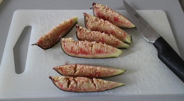 découper les figues - Tartine de figues et pistaches