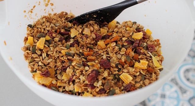 mélanger le granola toasté - Granola énergétique - acidulé