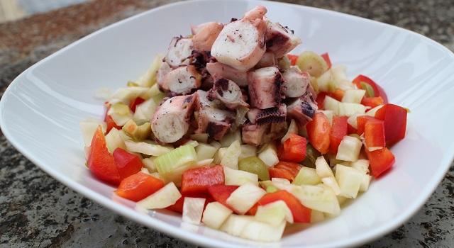 Servir la Salade de poulpe au citron confit