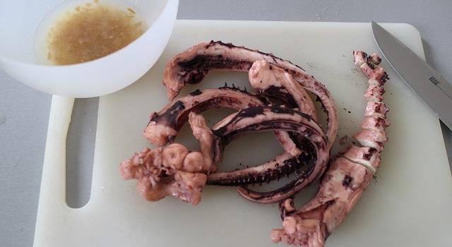 découper le poulpe et le placer dans la marinade - Salade de poulpe au citron confit