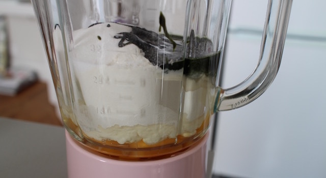 mettre les ingrédients dans le blender - Cannelés Pistache