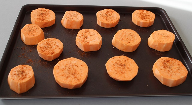 assaisonner-les-patates-de-paprika-raclette-sans-appareil-raclette-de-patate-douce