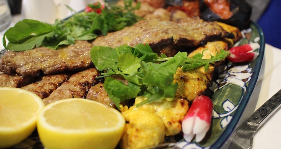 assortiment-de-brochettes-restaurant-guylas-cuisine-perse-a-paris