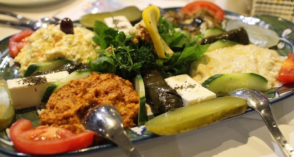 assortiment-dentrees-restaurant-guylas-cuisine-perse-a-paris