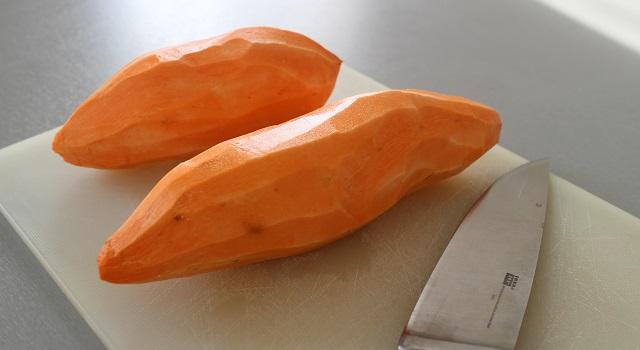 eplucher-les-patates-douces-raclette-sans-appareil-raclette-de-patate-douce