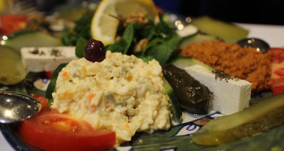 salade-et-feuilles-de-vigne-restaurant-guylas-cuisine-perse-a-paris