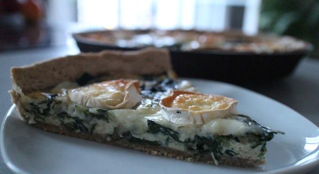 servir-la-tarte-tarte-rustique-a-la-tomme-de-brebis