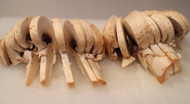 decouper-les-champignons-soupe-de-miso-blanc