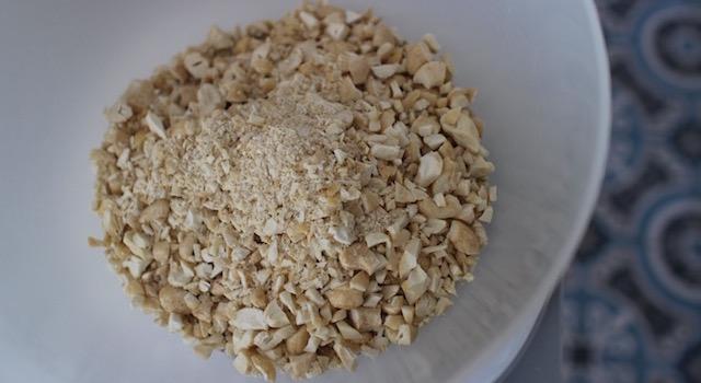ajouter-les-noix-de-cajou-granola-cru-de-cajou