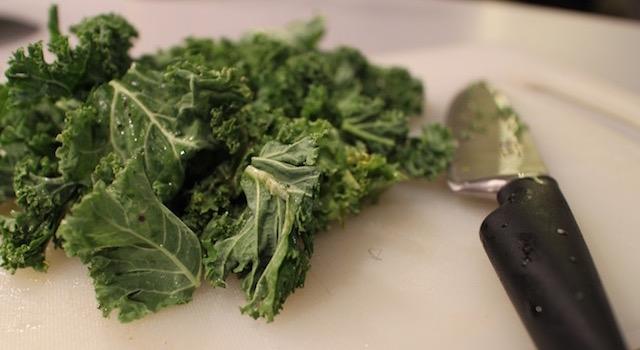 couper-le-kale-en-morceaux-salade-de-kale-detox