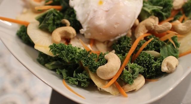 dresser-loeuf-poche-sur-la-salade-salade-de-kale-detox