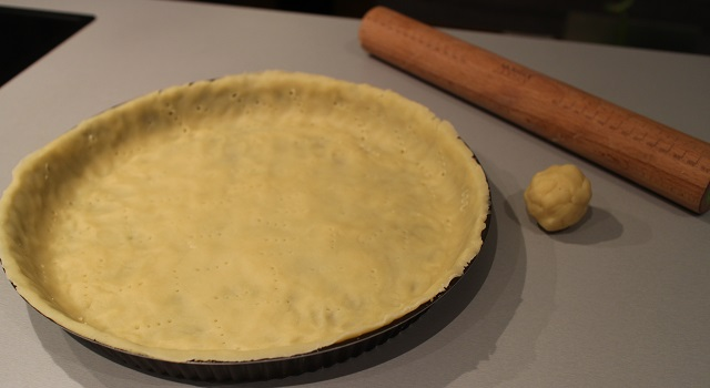 etaler-et-piquer-la-pate-brisee-tarte-aux-pommes-de-chef