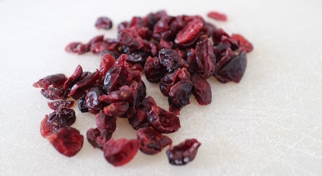 hacher-les-cranberries-granola-cru-de-cajou