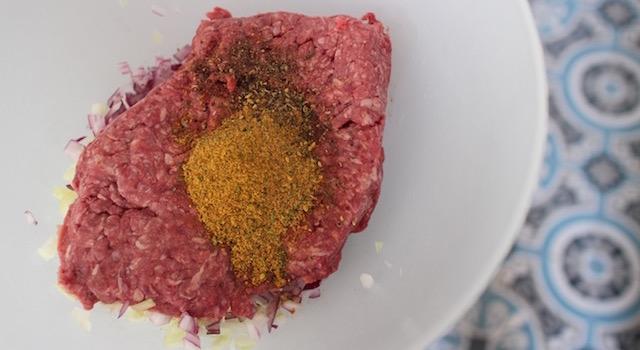 melanger-la-viande-hachee-et-les-epices-comme-un-couscous-boulettes-aux-amandes