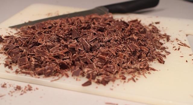 preparer-les-pepites-de-chocolat-maison-muffins-chocolat-grenade