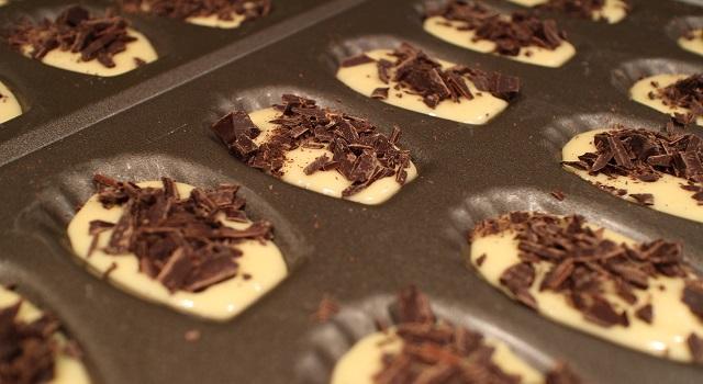 recouvrir-les-madeleines-de-pepites-madeleines-aux-pepites-de-chocolat