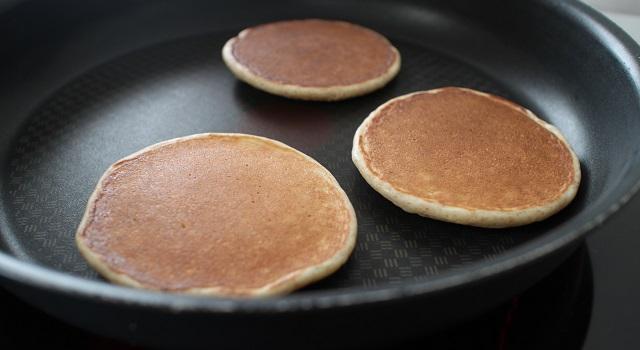 retourner les pancakes - pancakes-healthy-proteines