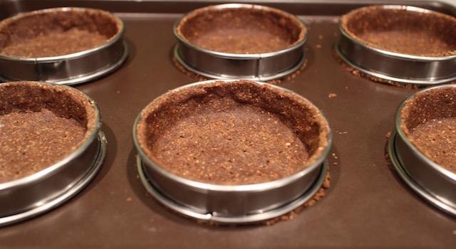 abaisser la pate dans les moules - tartelette-noisette-chocolat-au-lait
