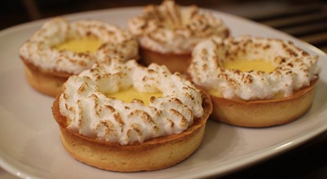 servir la la-tarte-au-citron-meringuee