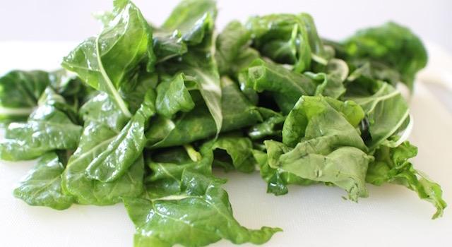 découper le vert des blettes - Boreks au brocciu et blettes