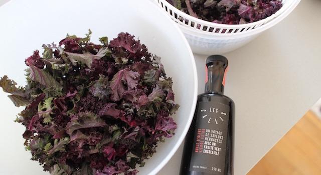 essorer et assaisonner la salade - Salade de kale aux harengs fumés