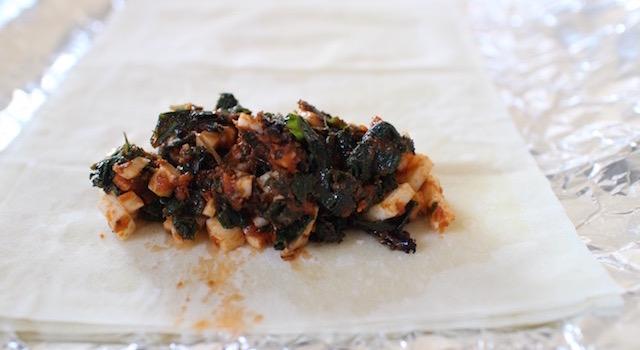 roules les feuilles de filo - Cigares croustillants au kale et haloumi