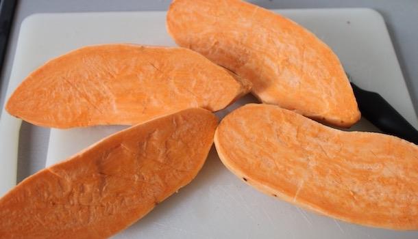 découper les patates douces - Sexy Patate douce rôtie