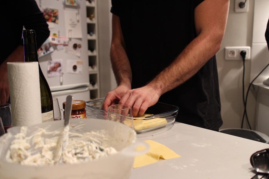 disposer les macaronis dans un plat - Soirée Pasta La Vista Baby