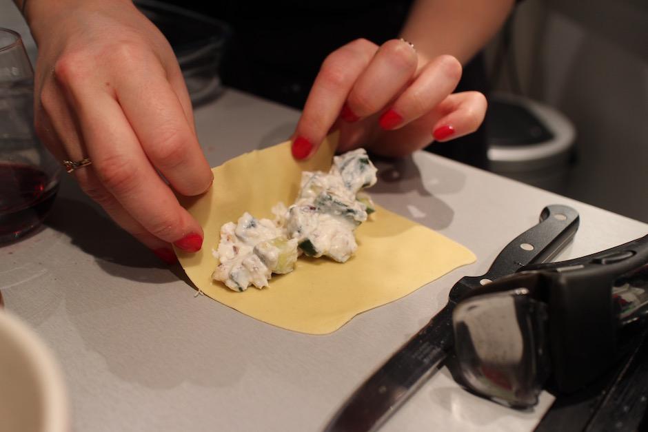 rouler les cannelonis - Soirée Pasta La Vista Baby