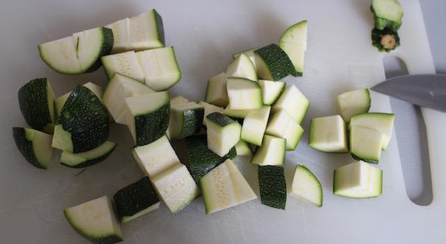 découper les courgettes - Smoothie vert de légumes au sarrasin croustillant