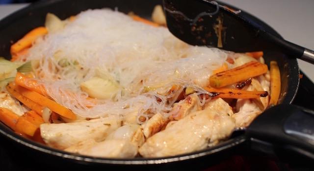 ajouter les nouilles - Pad Thaï Bowl au poulet