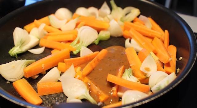 cuisson des légumes - Pad Thaï Bowl au poulet