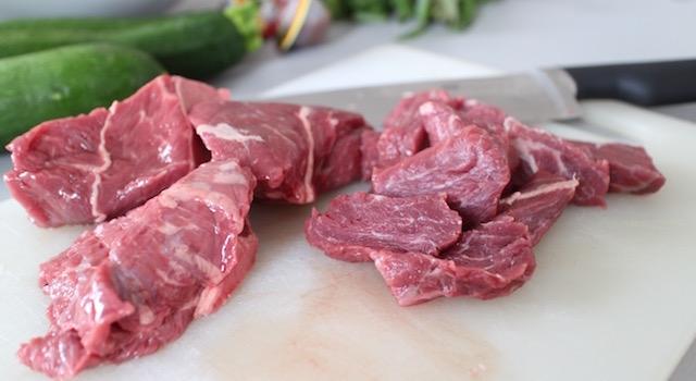 découper la viande - Salade de bœuf thaï exotique