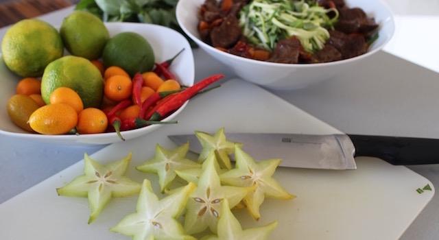 découper les caramboles - Salade de bœuf thaï exotique