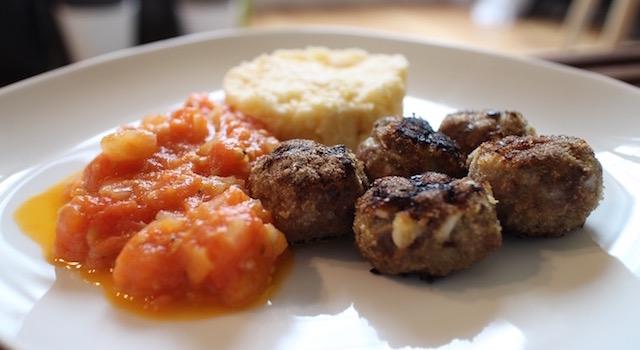 dresser l'assiette - Boulettes d'agneau, polenta au lait d'amande
