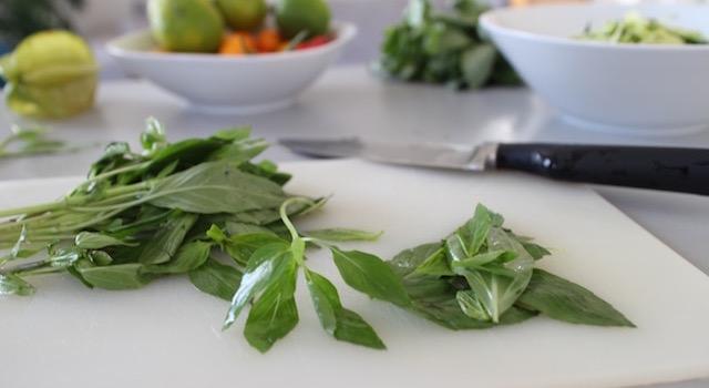 hacher le basilic thai - Salade de bœuf thaï exotique